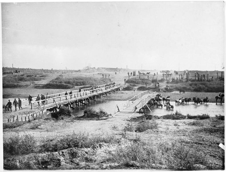 Pont sur le San construit par les pionniers austro-hongrois, passage pour l'infanterie et les convois ; en arrière plan réseau de fil de fer et position sensible