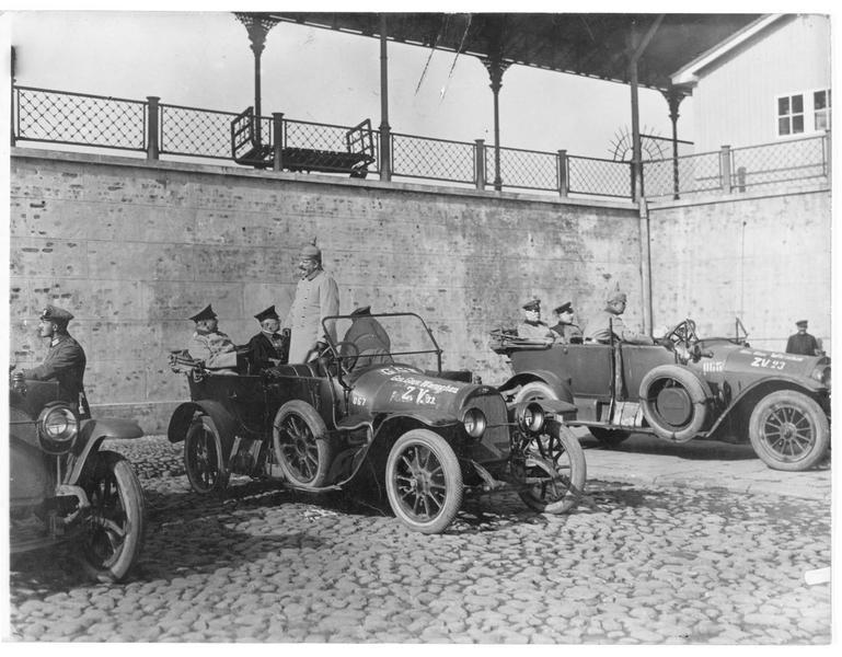 Les ministres allemands dans les automobiles du quartier général
