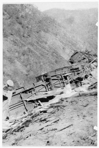 Près de Valona, wagons d'un train de l'armée serbe, détruit dans la traversée d'une montagne