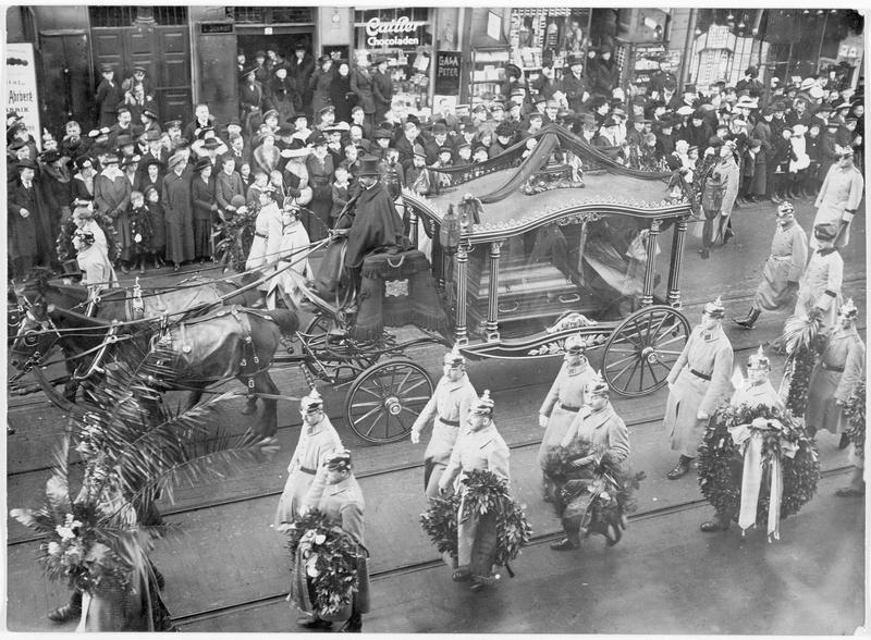 Les funérailles du général Votto von Emmich. Le corbillard et les soldats portant les couronnes