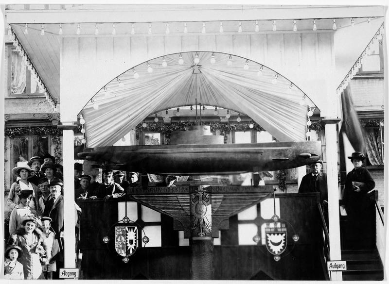 22 septembre 1916 : anniversaire de la destruction de trois croiseurs anglais par le lieutenant capitaine Otto Weddigen. Célébré à Kiel par la mise de clous sur un modèle réduit de sous-marin. A côté du modèle, monsieur Krupp et sa femme