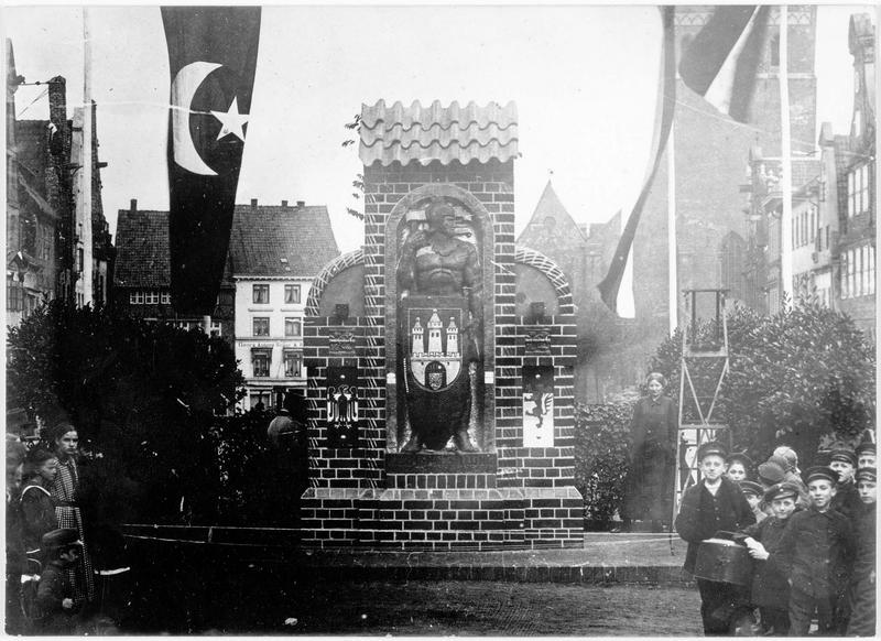 Hermann Billung de fer. Hermann 1er de Saxe, fondateur de la ville de Lunebourg. Statue trois fois plus grande que nature, destinée à être recouverte de clous