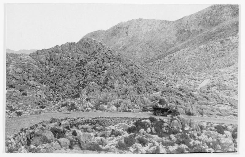 Automobile sur une route dans les monts du Carso