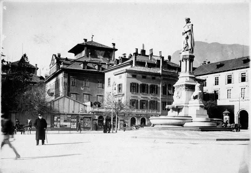 Le monument de Walther von der Vogelweide sur la place du marché