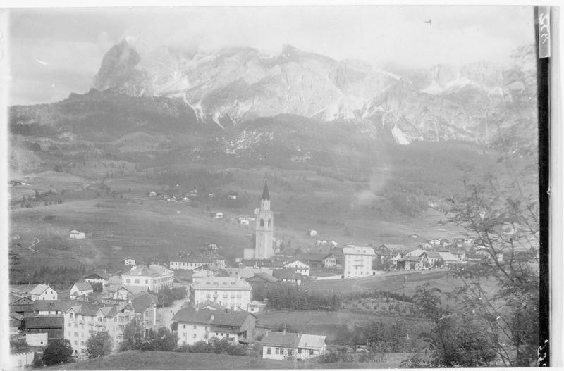Cortina d'Ampezzo située au pied du massif Tofane, Tofana (en italien), haut de 3240 m
