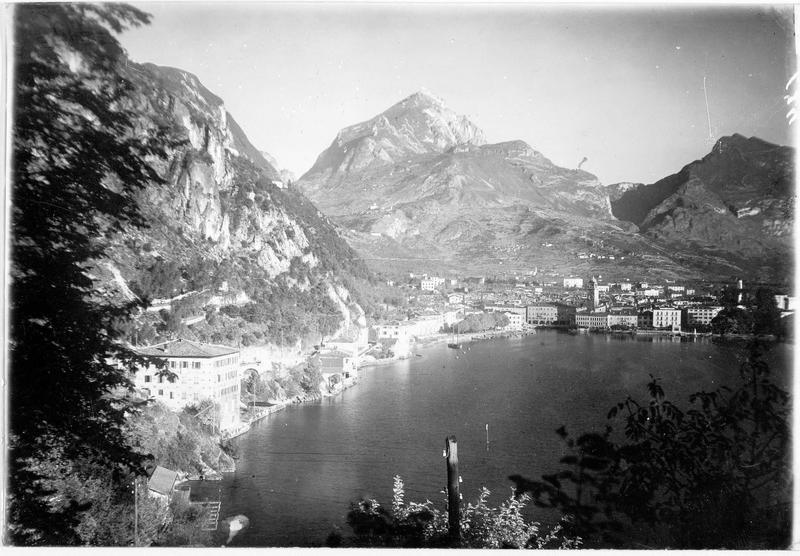 Vue sur Riva au bord du lac de Garde, de la route du Ponale