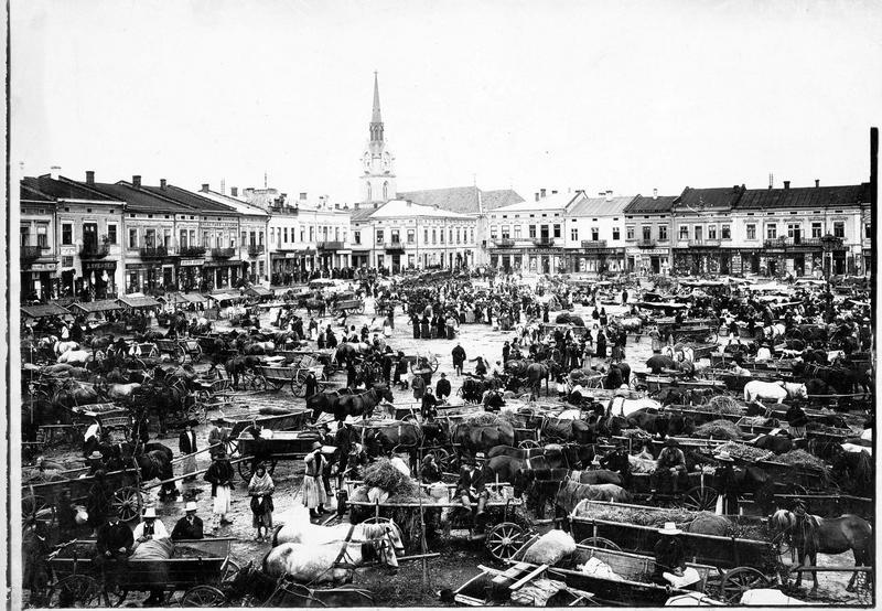 Vue sur la place du marché de Stryï, en arrière le clocher de l'église