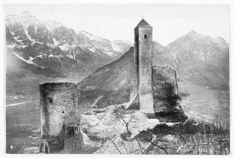 Le château Telvana près de Borgo, dans la vallée de la Valsugana, au fond la Colline dix