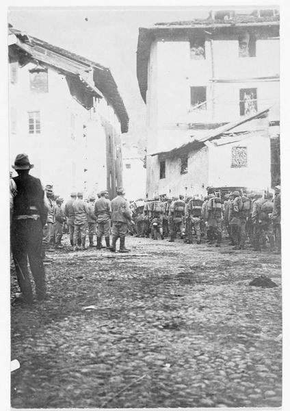 Infanterie autrichienne traversant un village dans le sud du Tyrol