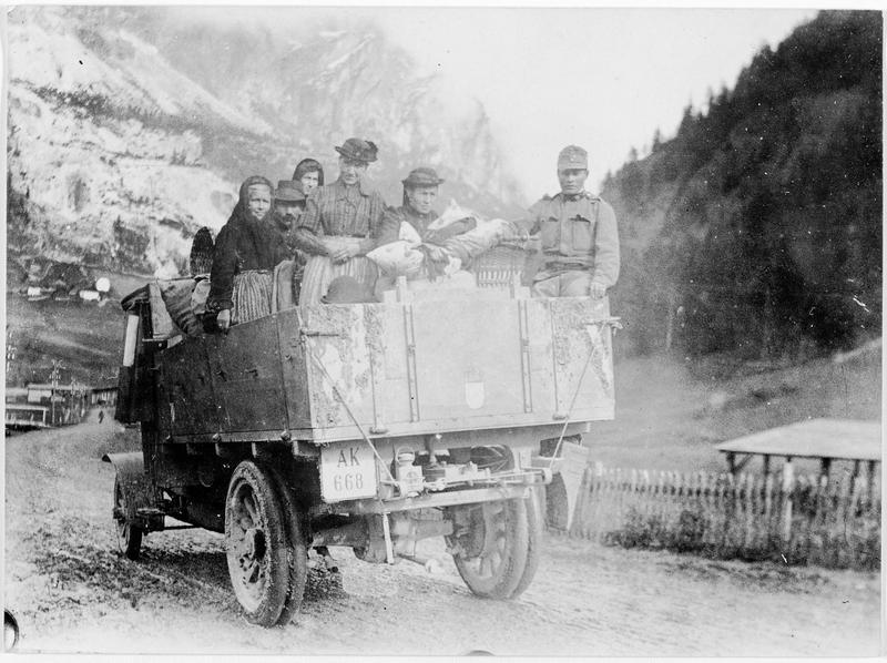 Population du Tyrol évacuée de la zone de guerre dans des camions automobiles