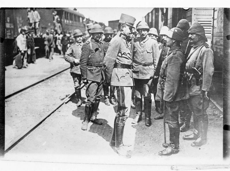 Première arrivée des troupes turques sur le front de Galicie. Le général de cavalerie Erzherzog Karl Franz Joseph accueille les officiers turcs récemment arrivés en gare