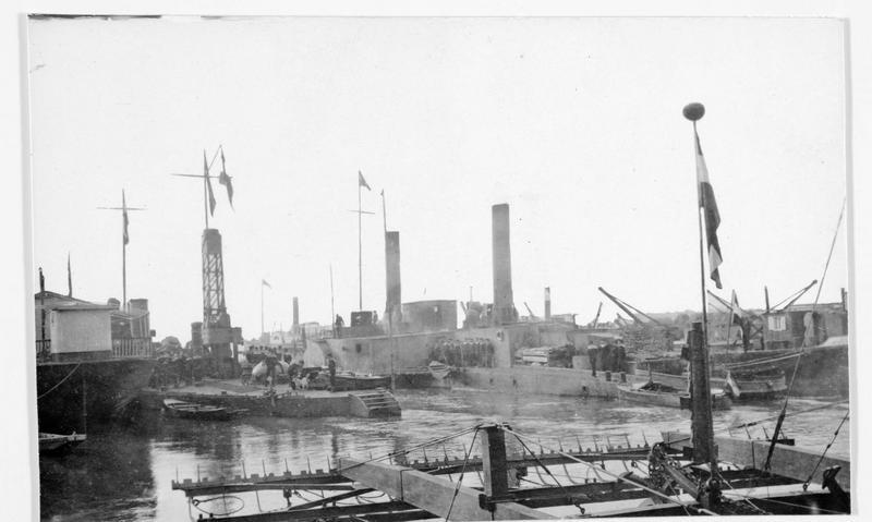 Les premiers monitors (cuirassés) autrichiens du Danube dans le port de Lompalanka