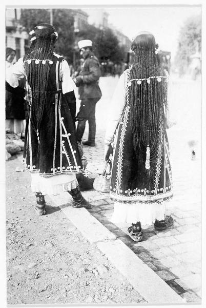 Jeunes filles bulgares dont les longs cheveux forment plus de 30 nattes, attachées avec des monnaies d'or et d'argent
