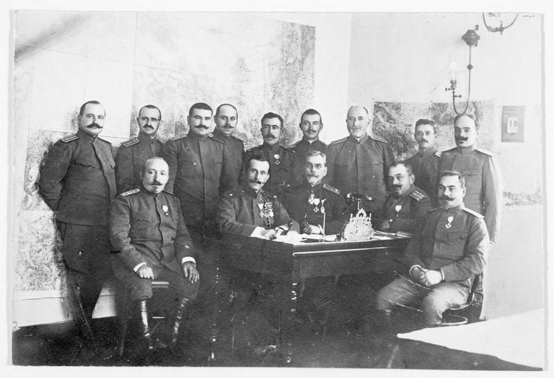 Photo de groupe de l'état-major bulgare: le général Jekow et à sa droite le général Jostow