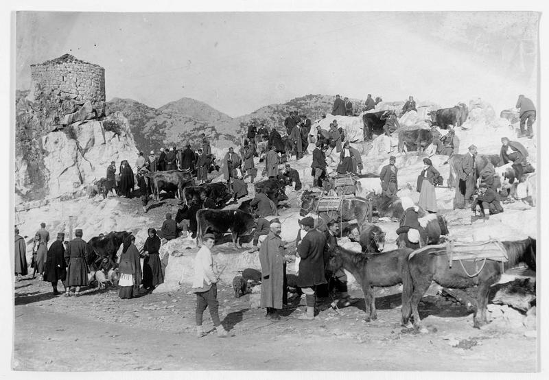 Jour de marché. La ville de Virbrazar, au bord du lac de Scutari (en italien)