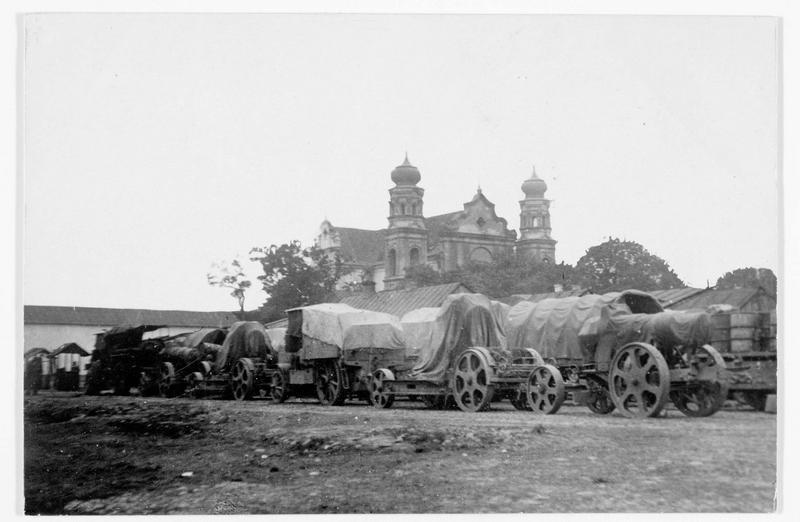 Camions bâchés contenant des canons autrichiens de 305