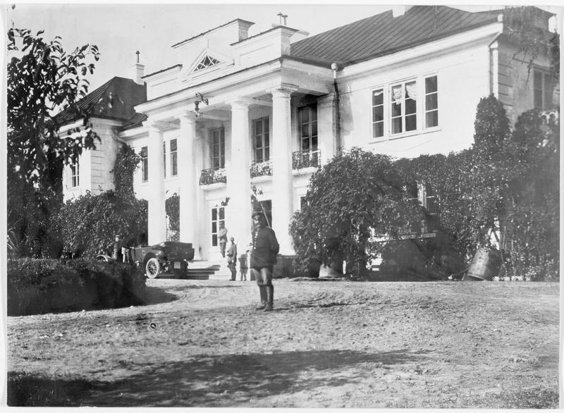 Le château de chasse de Bialowice occupé par les Allemands