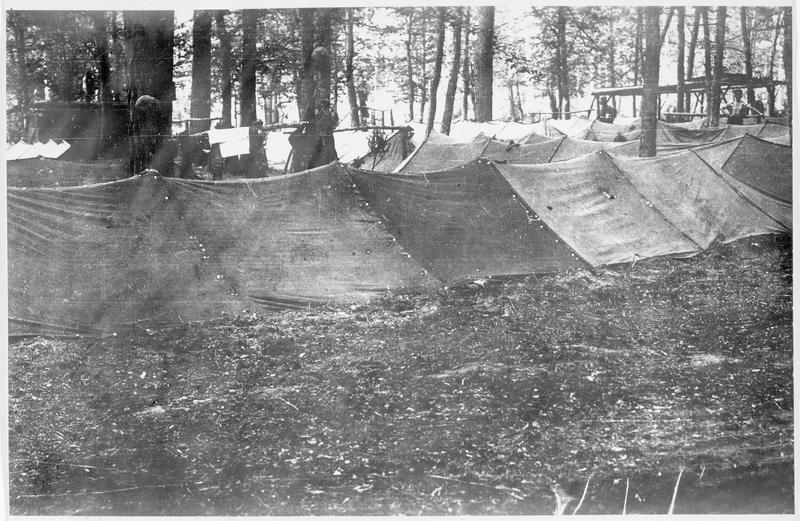 Campement de toile en pleine forêt pour des troupes de réserve près du fleuve Bug (ou Boug)