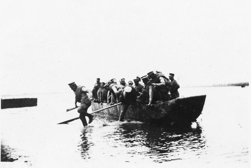 Prisonniers russes après les combats, transportés sur le Bug (ou Boug) en barques vers l'Allemagne