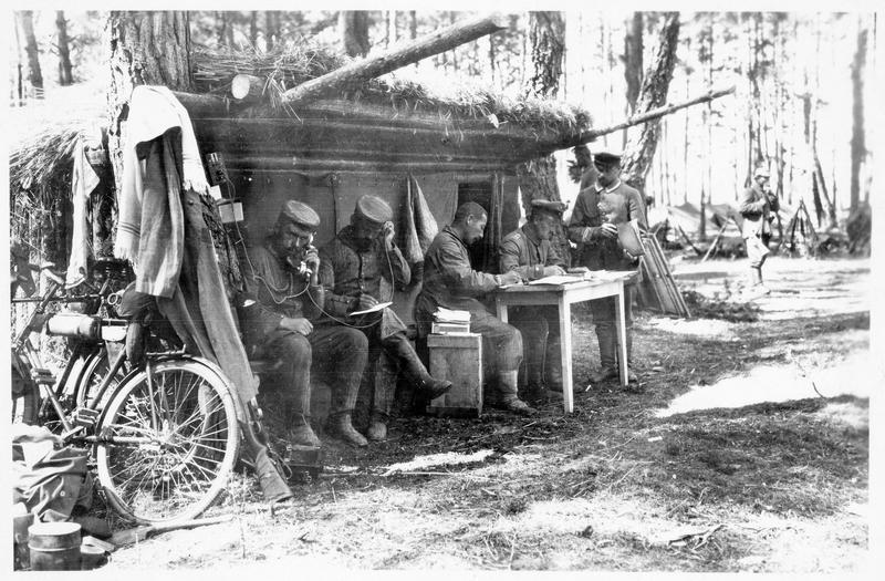 Abri de repos d'une compagnie dans un bois près de Brest-Litovsk (anciennement). Poste téléphonique