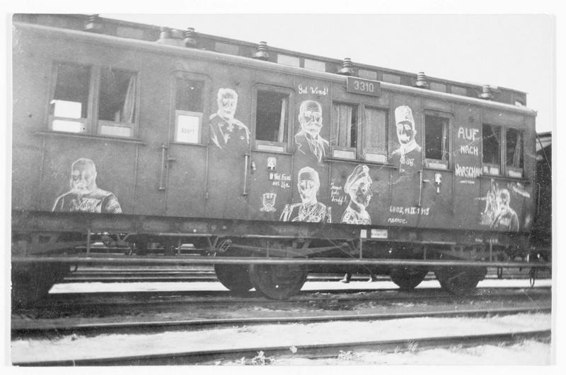Wagon d'un train militaire allemand décoré de dessins