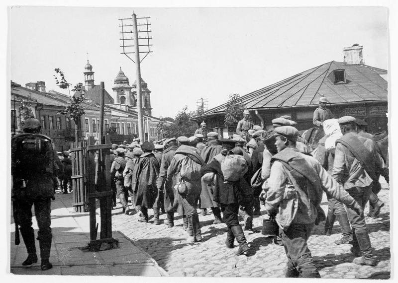 Colonne de plusieurs centaines de prisonniers russes de l'armée de Mackensen