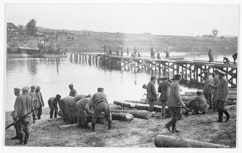 Pionniers allemands construisant un pont sur le Niémen