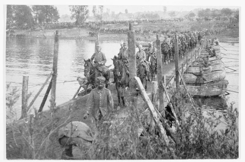 Cavalerie allemande traversant un pont construit par des pionniers allemands sur le Niémen