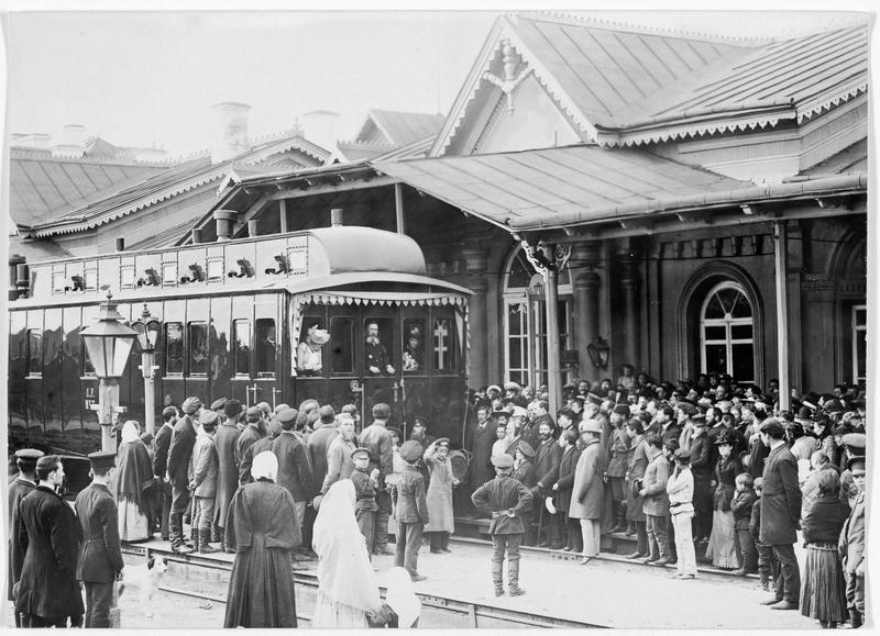 Le président du conseil Goremykine et sa femme, en gare de Petrograd