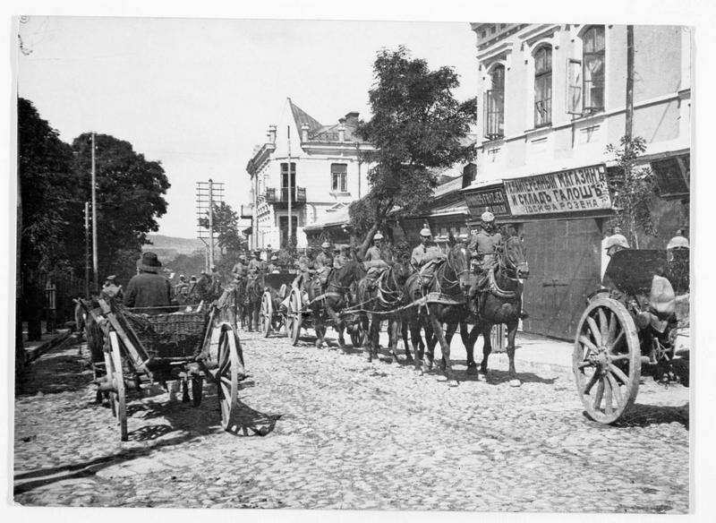 Régiment d'artillerie allemande en marche, traversant un village près de Pinsk