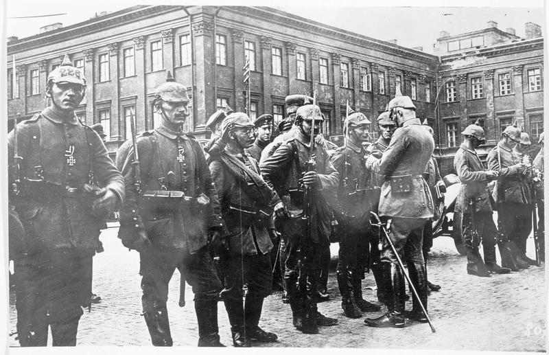Soldats allemands sur la place de Saxe à Varsovie recevant la Croix de guerre