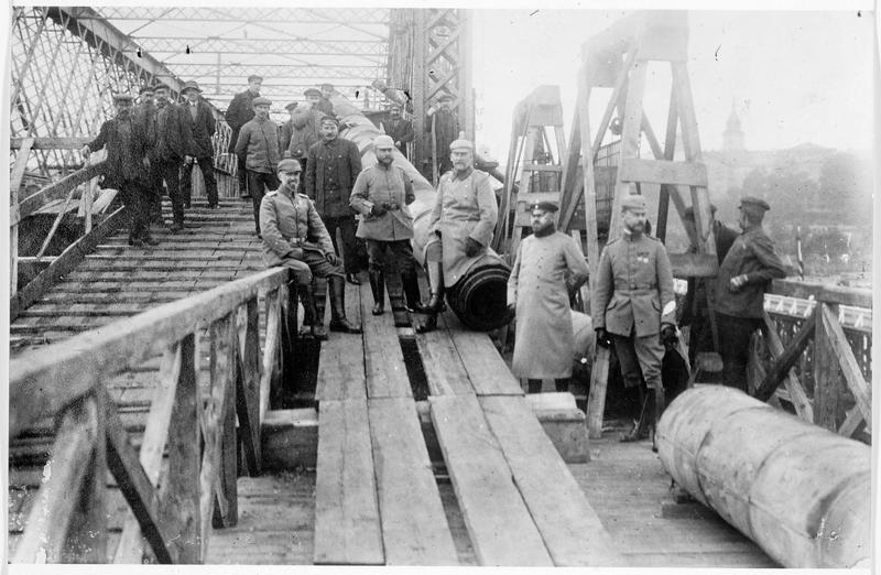 Les Allemands reconstruisent le pont que les Russes ont détruit, près de Varsovie sur la Vistule