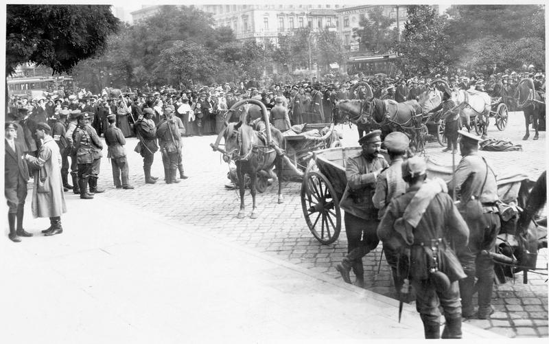 Le public devant la gare pour voir défiler les prisonniers russes