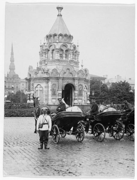 Eglise russe et deux calèches