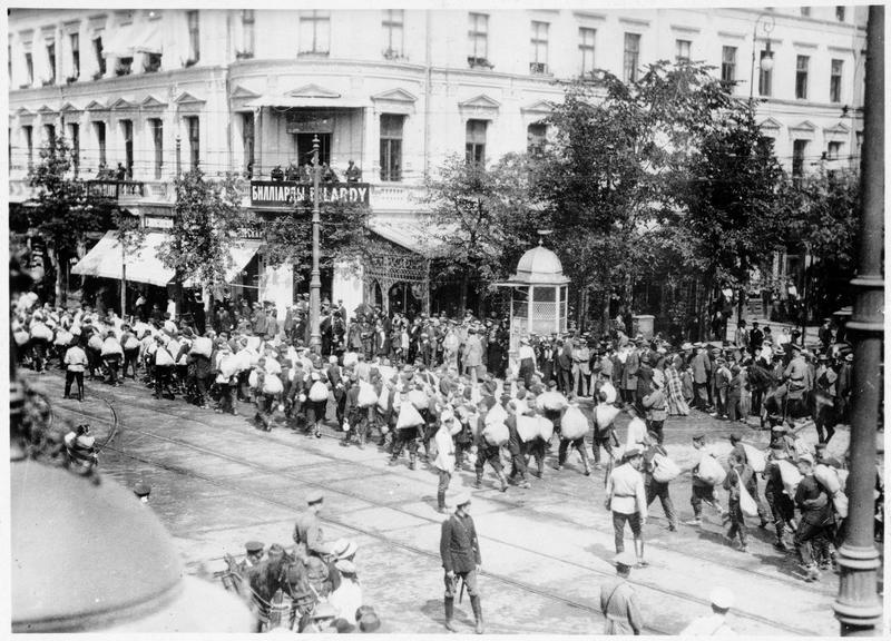 Soldats russes fuyant devant l'avancée des troupes allemandes