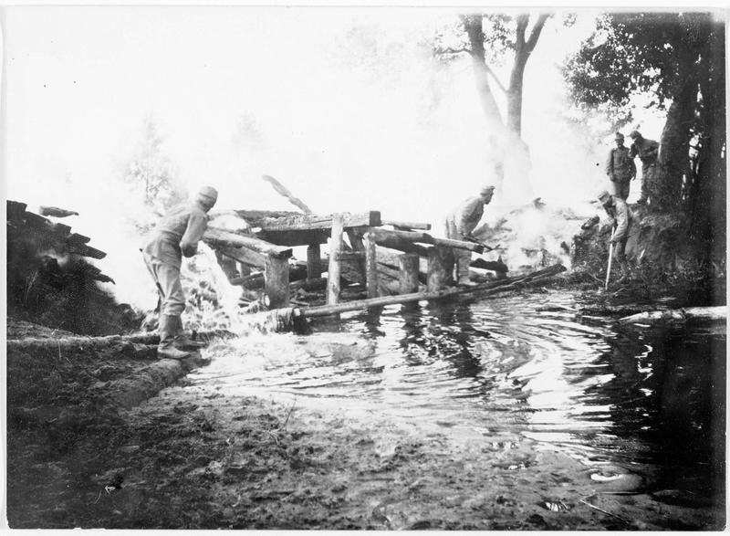 Soldats éteignant l'incendie d'un pont pendant la retraite des Russes
