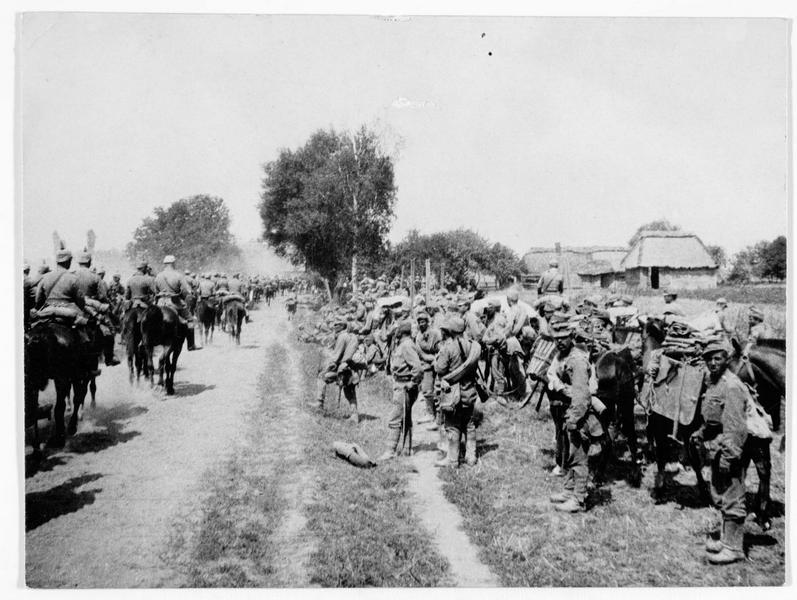A gauche sur la route, la cavalerie allemande, à droite les soldats autrichiens