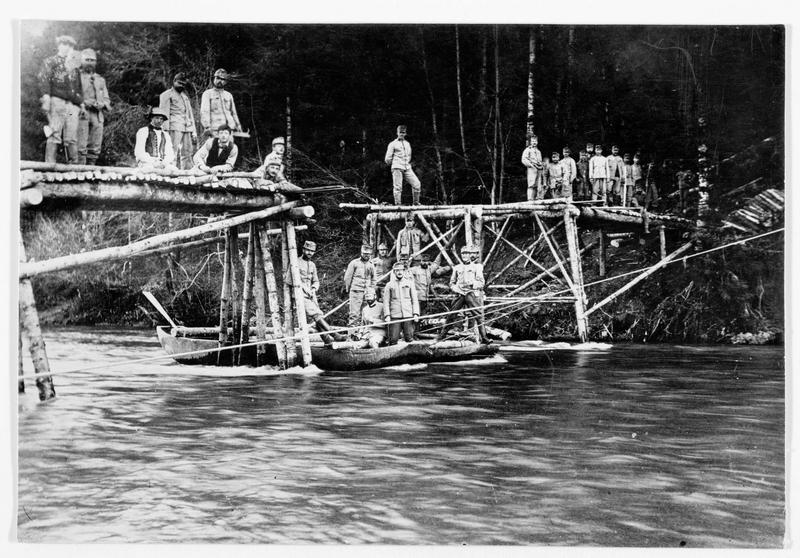 Pont de bois construit par des pionniers autrichiens sur une rivière en Russie