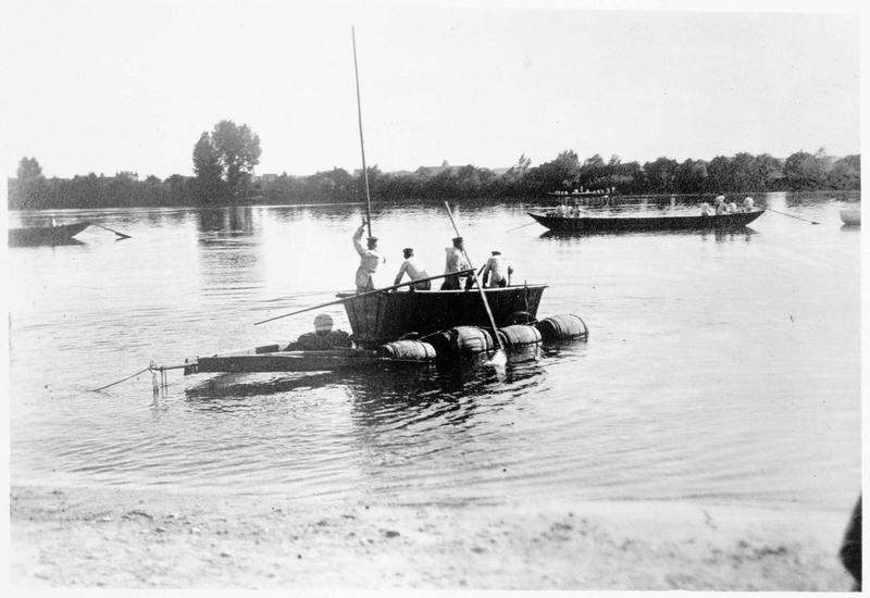 Embarcation de pionniers allemands sur une rivière en Russie