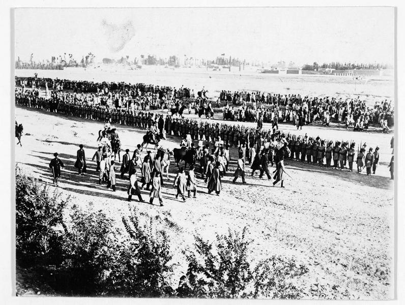 Revue de troupes persanes par le Chah