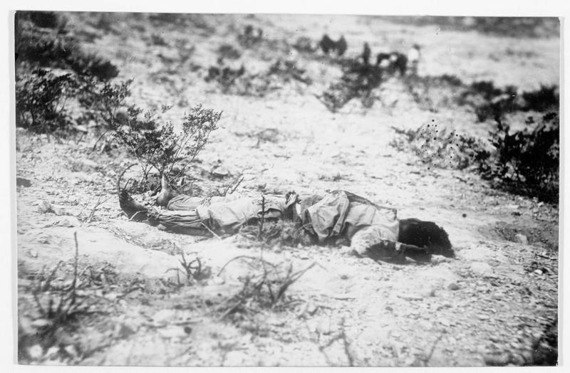 Cadavre de combattant mexicain dans le désert