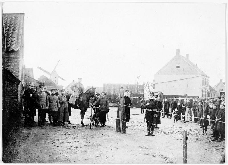 A la frontière de la Belgique et de la Hollande, soldats allemands et hollandais