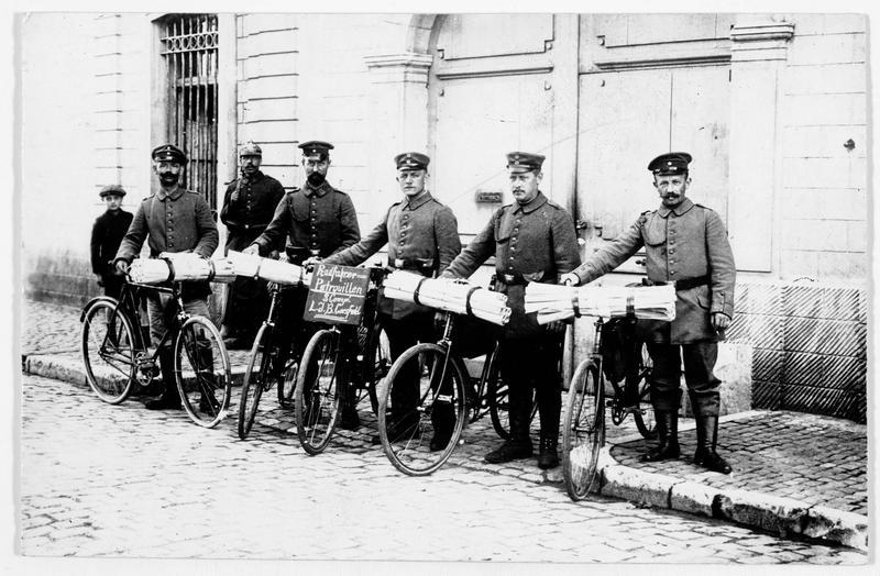Patrouille de cyclistes allemands, allant porter des ordres militaires