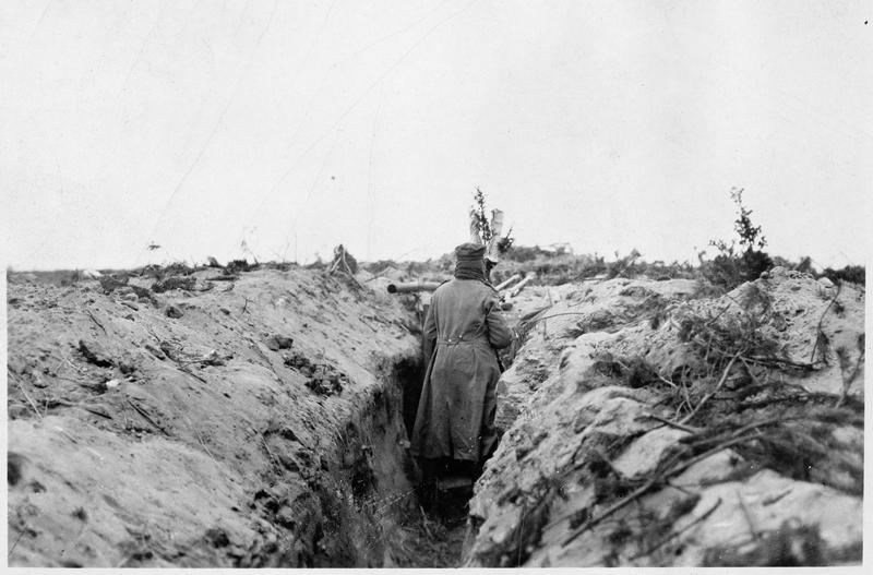 Soldats en observation, dans une tranchée sur le front oriental