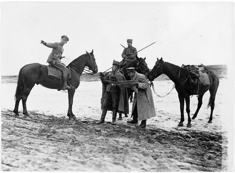 Front oriental. Patrouille de hussards s'orientant à l'aide d' une carte en pays ennemi