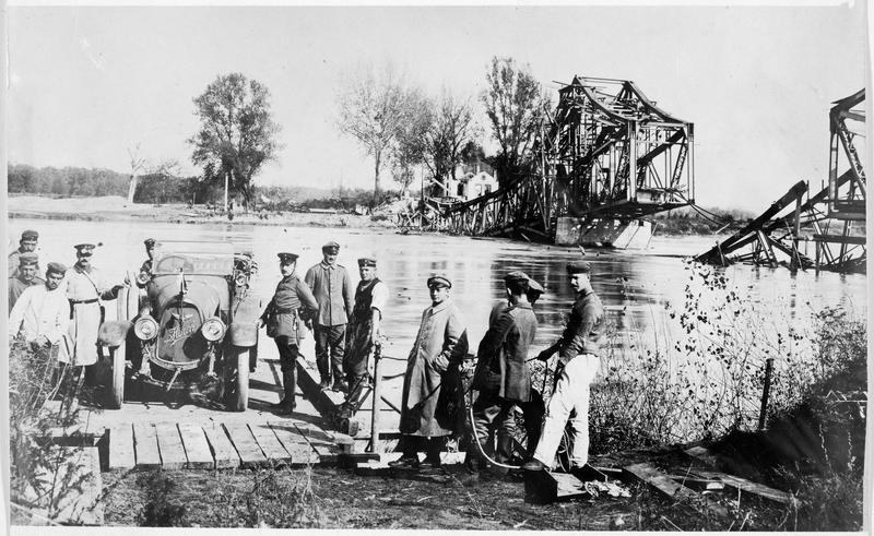 Front oriental. Automobile allemande passant une rivière sur un bac
