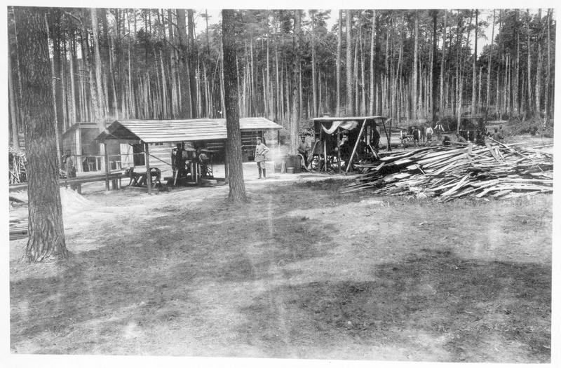 Abris allemands en bois, construits par les soldats allemands, en Pologne russe