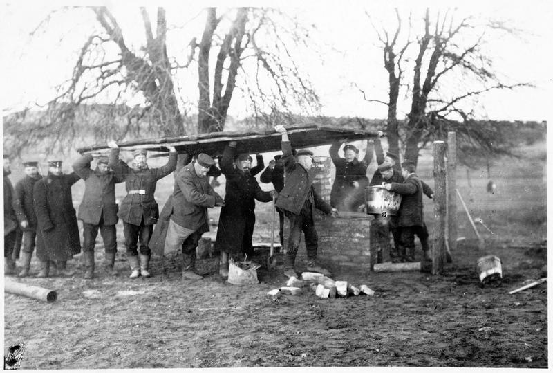 Construction d'une cuisine de campagne sur le front occidental