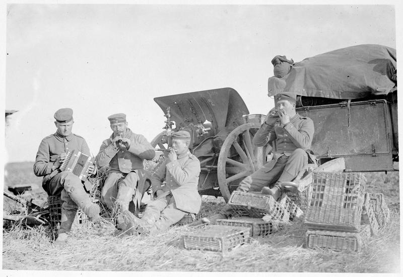 Front oriental, artilleurs au repos, musiciens avec accordéon, flûtes et harmonica