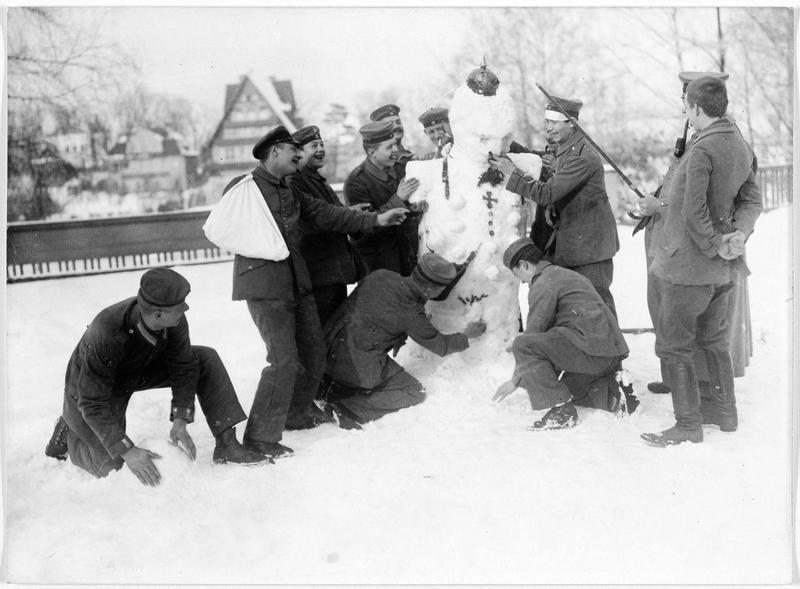 Jeu de soldats allemands blessés : confection d'un bonhomme de neige avec casque à pointe et Croix de fer
